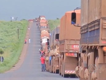 Motoristas esperaram descarregar em terminal de Alto Araguaia. (Foto: Reprodução/TVCA)