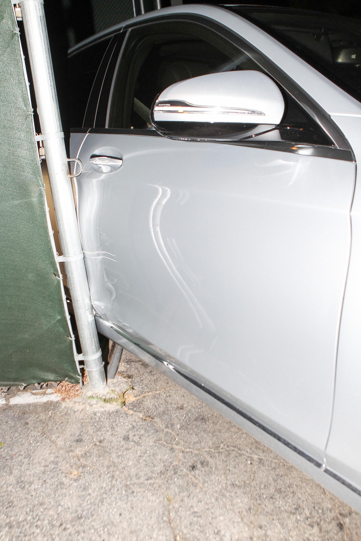 Jennifer Aniston bate o carro em saída de restaurante (Foto: AKM-GSI / AKM-GSI)