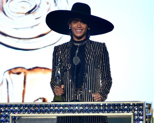 Beyoncé faz discurso emocionante ao receber prêmio de Ícone Fashion do ano
