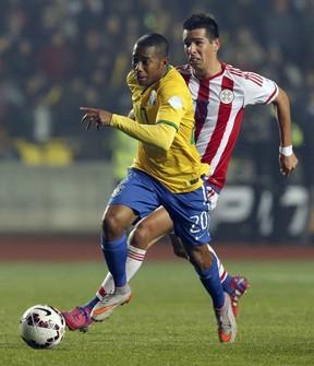 Robinho e Victor Caceres durante partida da Copa América (Foto: Andres Stapff/ Reuters)