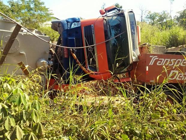 Acidente obstrui estrada e missa na Capela de Santo Antônio deste domingo (26) está cancelada (Foto: William Ferreira/ Arquivo Pessoal)