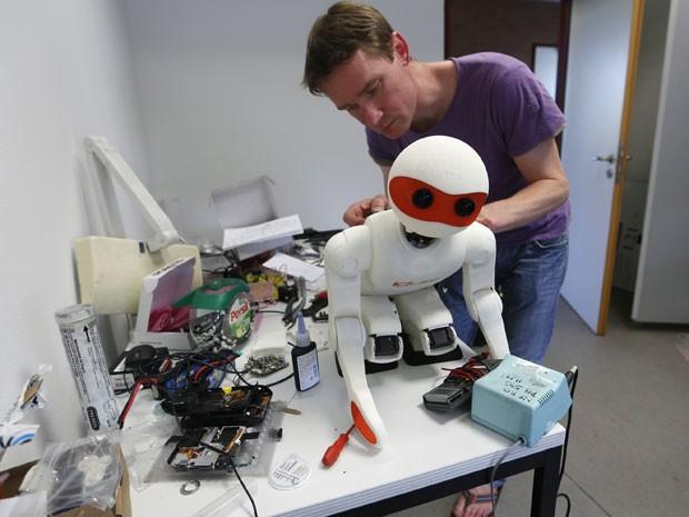 Estudante prepara o robô para a cmopetição que será realizada no Brasil (Foto: Ina Fassbinder/Reuters)