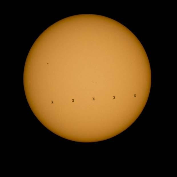 Montagem de fotos mostra Estação Espacial Internacional passando pelo Sol no último domingo (6) (Foto: NASA/Bill Ingalls)