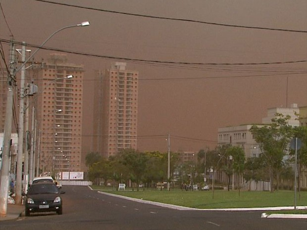 Nuvem de poeira vermelha no céu de Ribeirão Preto, SP (Foto: Reprodução/ EPTV)