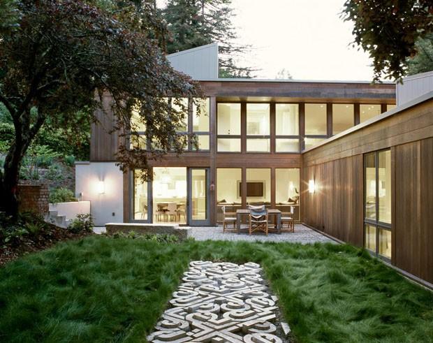 Ambientes integrados ao jardim criam clima tranquilo em casa na Califórnia (Foto: Divulgação)