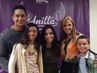 Carla Perez e Xanddy levam os filhos a show de Anitta