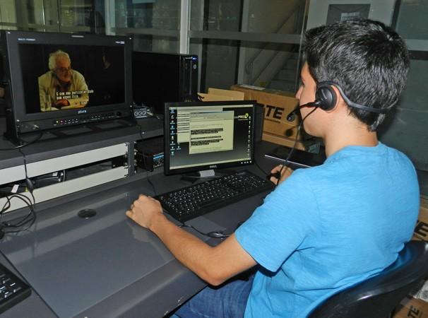 Operador usa sistema que converte som em texto (Foto: Marketing / TV Fronteira)