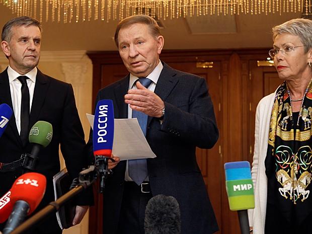 Da esquerda para a direita: o embaixador russo na Ucrânia, Mikhail Zurabov, o ex-presidente ucraniano Leonid Kuchma e a enviada da Organização para a Segurança e Cooperação na Europa (OSCE), Heidi Tagliavini, durante o anúncio do acordo (Foto: Sergei Grits/AP Photo)
