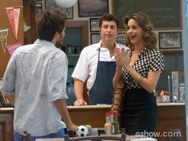 Luciana fica empolgada com a proposta de Martin (Foto: Malhação / TV Globo)