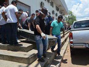 Corpo da vítima foi encaminhada ao Instituto Médico Legal (Foto: Hosana Morais/G1)