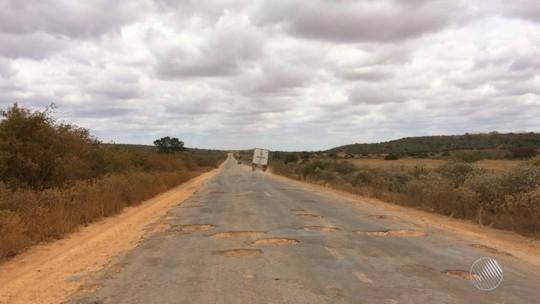 Excesso de buracos faz motoristas passarem a 25km/h em rodovia na BA