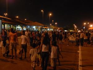 Macapaenses lotam a Beira-Rio para celebrar a chegada de 2014 com show pirotécnico (Foto: Gabriel Penha/G1-AP)