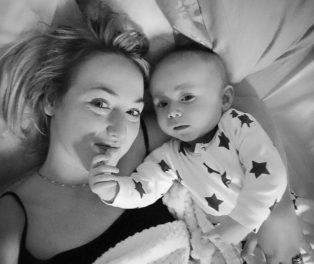 Sarah e o filho, Teddy (Foto: Reprodução - Facebook)