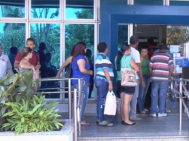 Filas se formam em agências bancárias no primeiro dia após greve dos bancários (Foto: Reprodução/TV TEM)