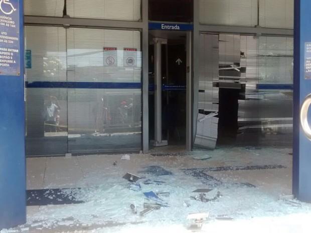 Banco foi alvo de bandidos em Jaboatão dos Guararapes (Foto: Anderson Moraes/TV Globo)