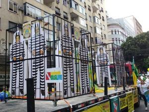 """Em Belém, manifestantes fizeram uma """"prisão"""" para Dilma e Lula.  (Foto: Alexandre Nascimento/ G1)"""