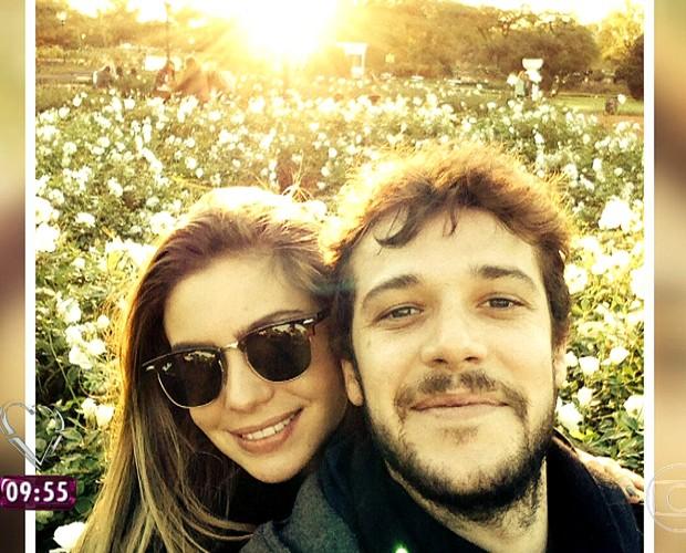 Jayme Matarazzo mostra foto com a namorada, a publicitária Luiza (Foto: TV Globo)