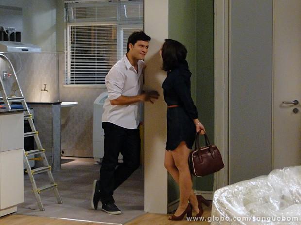 A moça é só chamego com o noivo após colocar um par de chifres nele (Foto: Sangue Bom/TV Globo)