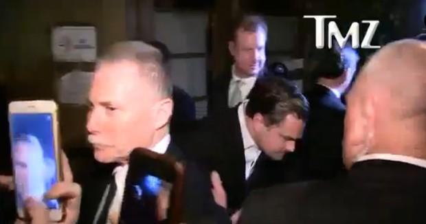 Leonardo DiCaprio deixa comemoração após entrega do Oscar (Foto: Reprodução/Vídeo)