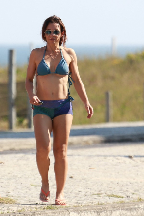 Carla Marins mostra boa forma na praia