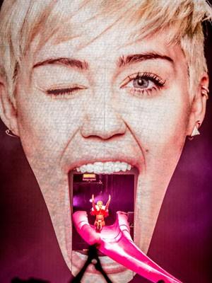 Miley Cyrus entra no palco usando um escorregador que reproduz sua língua na abertura de show em Anaheim, na Califórnia, em 20 de fevereiro (Foto: Christopher Polk/Getty Images/AFP)