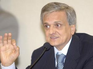 Em abril de 2006, o procurador-geral da República, Antonio Fernando Souza, apresenta denúncias contra 40 pessoas no esquema do Mensalão, e as encaminha ao STF. As 2 imagens seguintes mostram eles, com exceção de Anita Leocádia, Antonio Lamas e Geiza Dias. (Foto: Wilson Dias/ABr)
