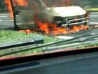 Carro é destruído por incêndio na Via Dutra em Barra Mansa; veja vídeo