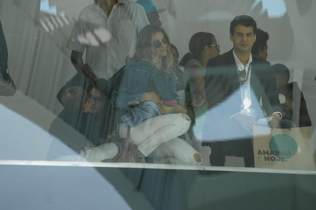 Gisele Bündchen com os filhos, Vivian e Benjamin (Foto: Vinicios / Brazil News)