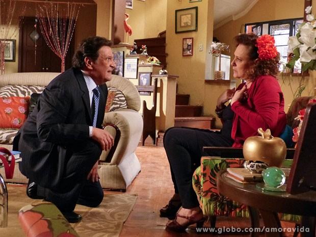 Márcia se sente enganada mais uma vez quando ele aparece pobre (Foto: Amor à Vida/ TV Globo)