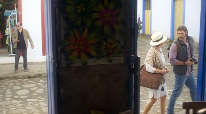 Pedro e Helô tentam despistar capanga (Foto: TV Globo)