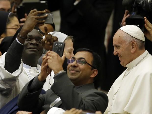 """O Papa Francisco atende a pedido de fiel e participa de """"selfie"""" durante audiência realizada neste sábado no Vaticano (Foto: Gregorio Borgia/AP)"""