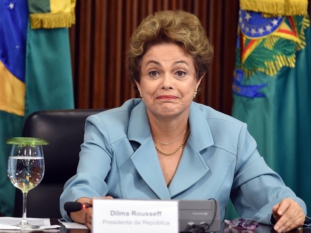 A presidente Dilma Rousseff sorri durante encontro com governadores no Palácio do Planalto, em Brasília (Foto: Evaristo Sa/AFP)