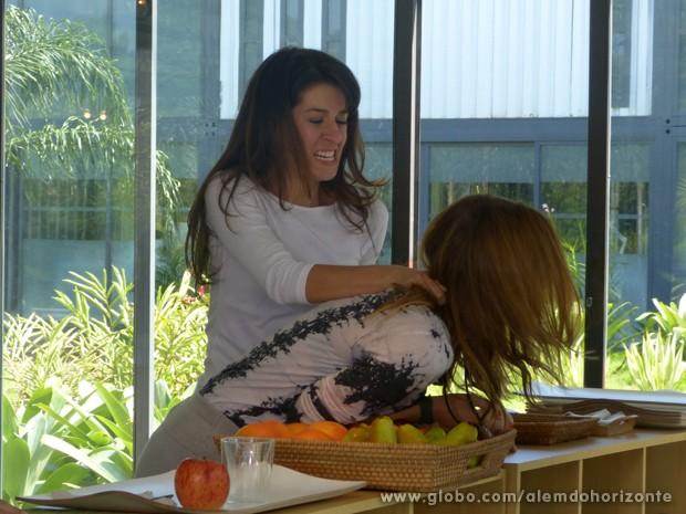 Joana ataca Paulinha depois que lembra o que passou na mata (Foto: Além do Horizonte/TV Globo)