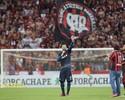 """Weverton e Hernani discursam no campo após jogo: """"Obrigado por tudo"""""""