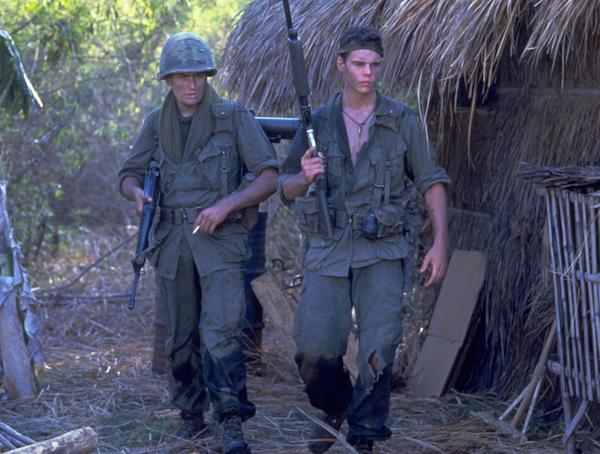 Charlie Sheen e Kevin Dillion em Platoon (1986) (Foto: Reprodução)