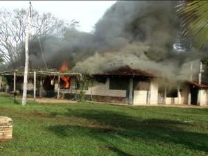 Casa na fazenda incendiada pelos índios terena na quinta-feira (30) (Foto: Reprodução/TV Morena)