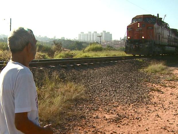 Moradores se arriscam ao atravessar linha férrea (Foto: Ronaldo Oliveira/EPTV)