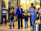 Angélica faz compras com os filhos no Rio
