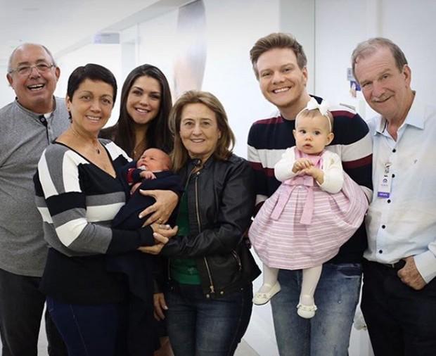 Thais Fersoza, Michel Teló com os filhos e os avós (Foto: Reprodução/Instagram)