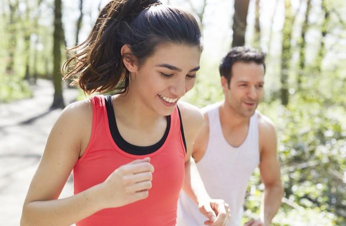 Homem e mulher correndo sorrindo euatleta (Foto: Getty Images)