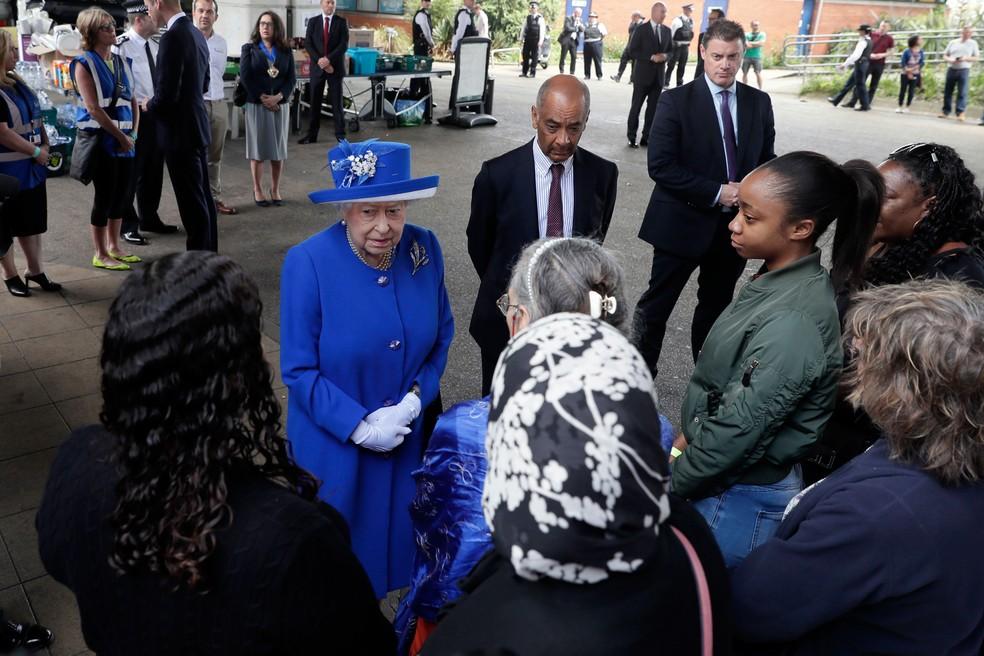 Rainha Elizabeth II visita centro que acolhe vítimas do incêndio na Grenfell Tower, nesta sexta-feira (16)  (Foto: Tim Ireland/ AP)