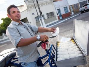 Vendedor diz que volta com o tabuleiro vazio depois das vendas. (Foto: Jonathan Lins/G1)