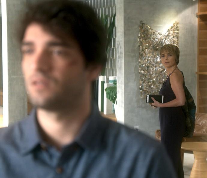 Helô flagra Tiago falando o nome de Isabela (Foto: TV Globo)