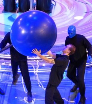 Vinicius faz performance já com o primeiro Blue Man brasileiro (Foto: Caldeirão do Huck/TVGlobo)