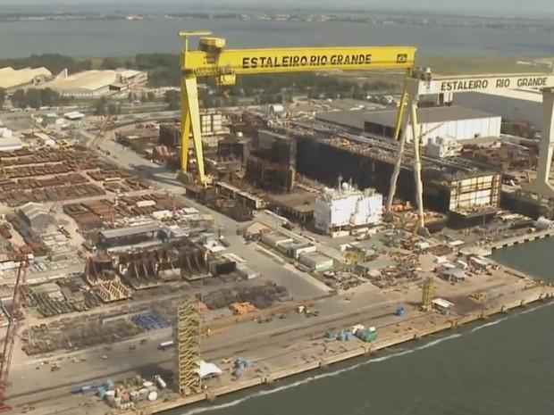 Falta de oportunidades no setor naval gera protesto em Rio Grande, no Sul do RS (Foto: Reprodução/RBS TV)