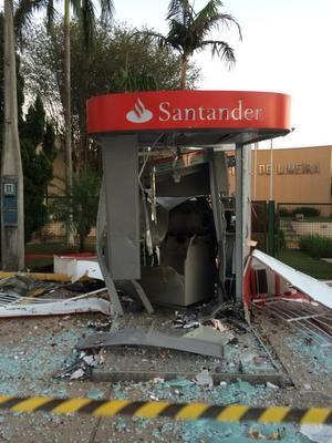 Caixa eletrônico ficou destruído em Limeira após explosão (Foto: Maria Antonella/Arquivo pessoal)