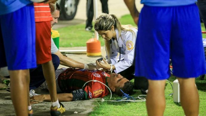 Jogador do CEO é atendido  (Foto: Ailton Cruz/Gazeta de Alagoas)