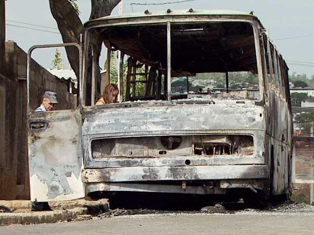 Ônibus da Capellini incêndiado em Campinas passa por perícia (Foto: Reprodução EPTV)