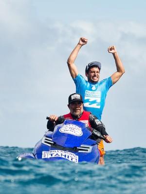 Jeremy Flores comemora vitória em Teahupoo no jet ski - sétima etapa do circuito mundial de surfe (Foto:  WSL / Kelly Cestari)
