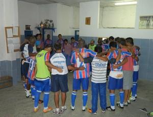 Friburguense reza antes da estreia no Carioca 2013 (Foto: Alexandre Vaz)